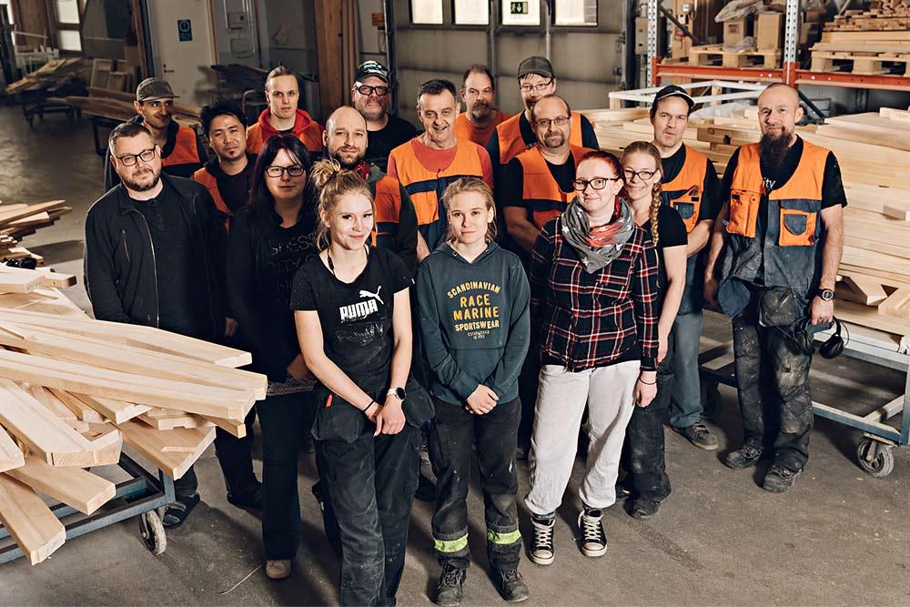 Lappiportaan perheeseen kuuluu puuseppiä ja tuotannon työntekijöitä reilu 20.