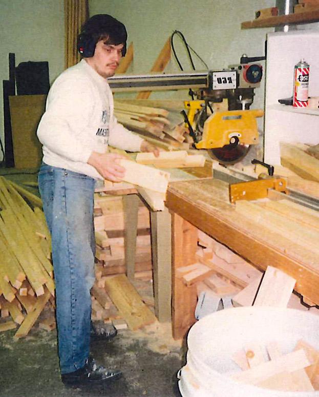 Puuseppä Reijo Juopperi työskentelemässä puusepänverstaalla.