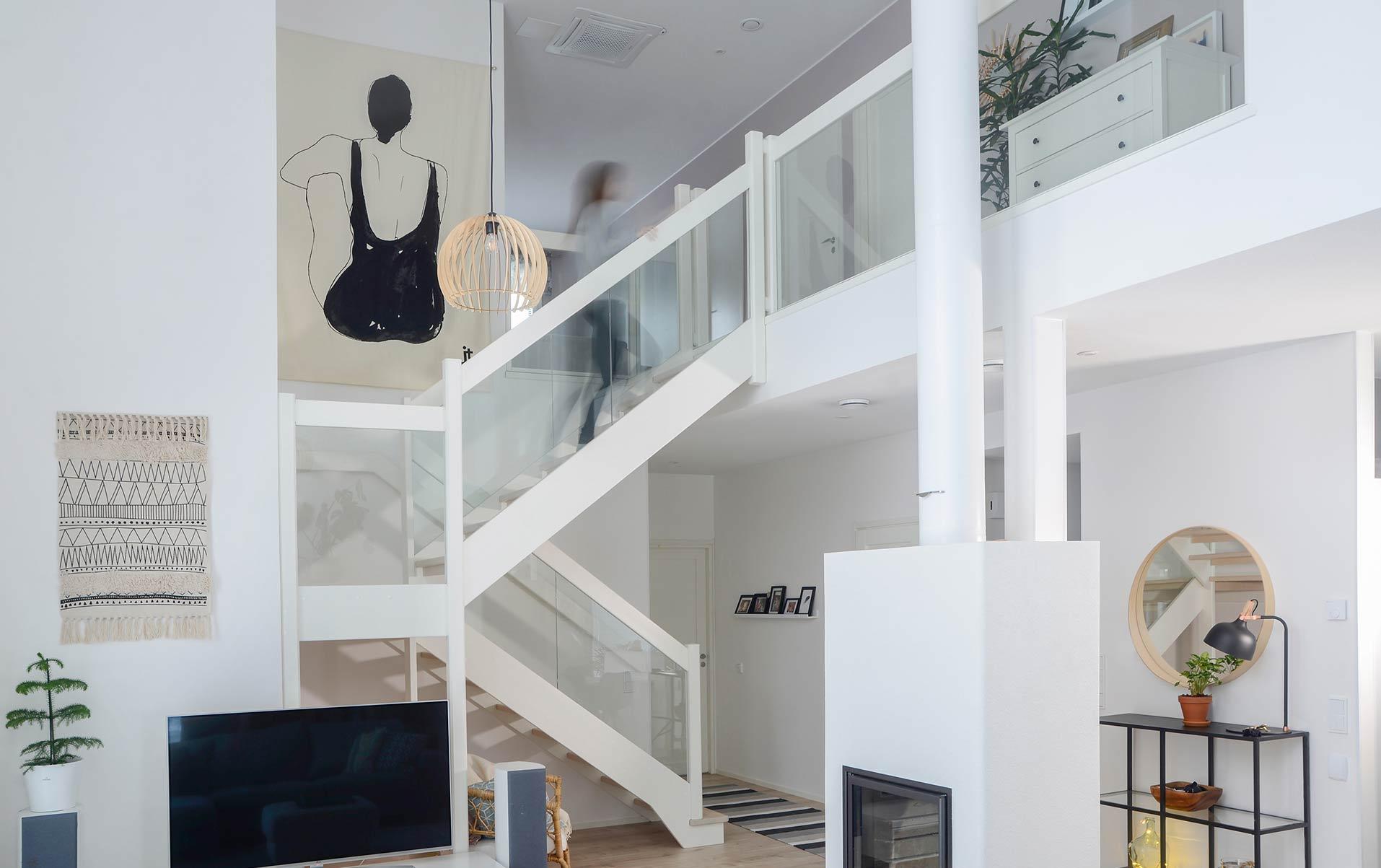 Timber-lasikaiteelliset portaat skandinaavisen vaaleassa kodissa