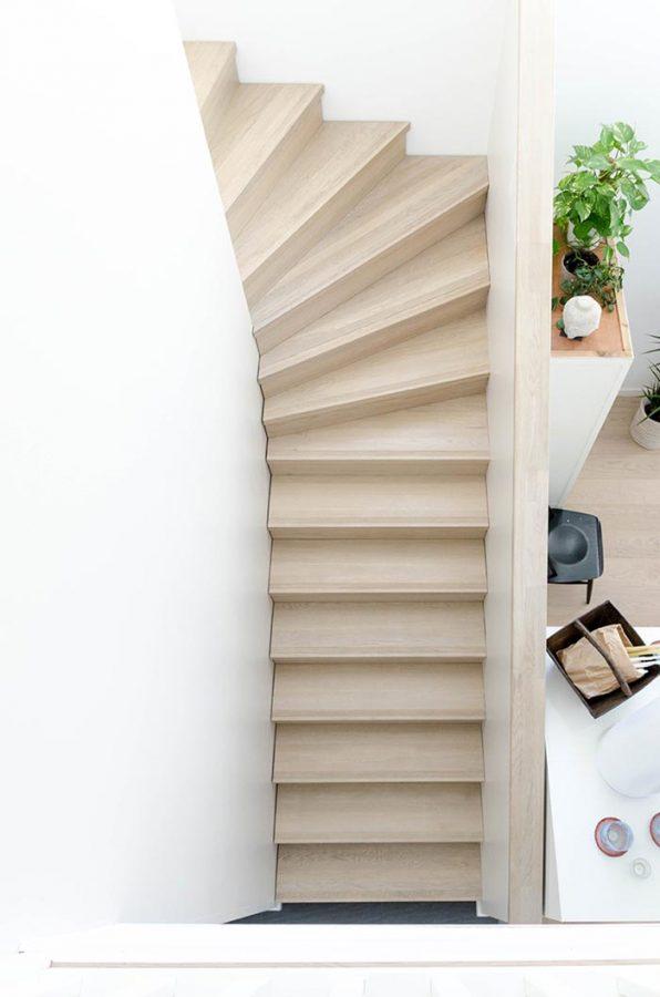 Vaalea puinen portaikko.