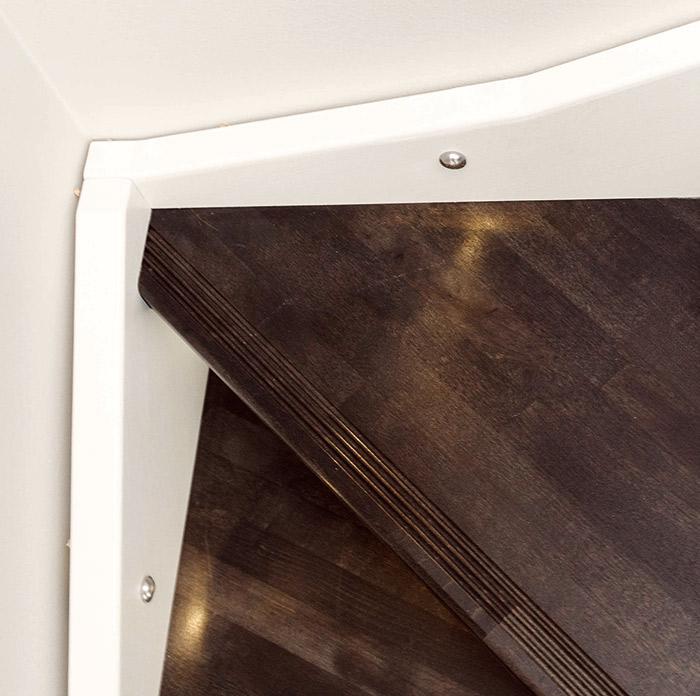 Lähikuva LED-valoista portaikossa.