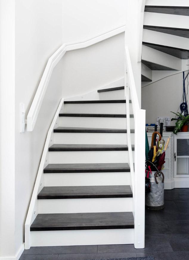 Taustalevy portaissa.
