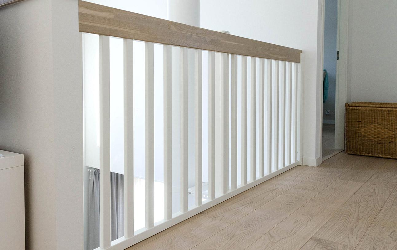 Minimalistinen ja moderni puukaide yläkerrassa, K10 Lappiporras.