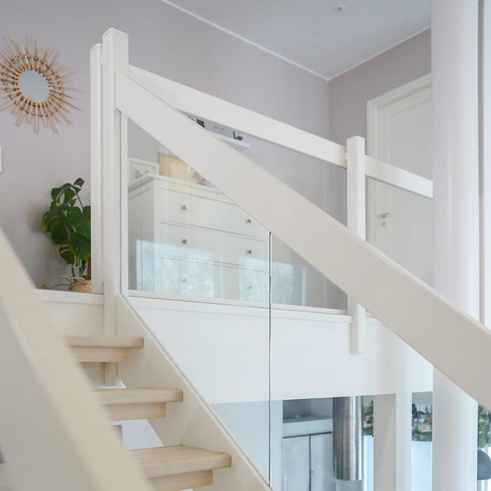 Kuva valkoisen portaikon ilmavasta lasikaiteesta