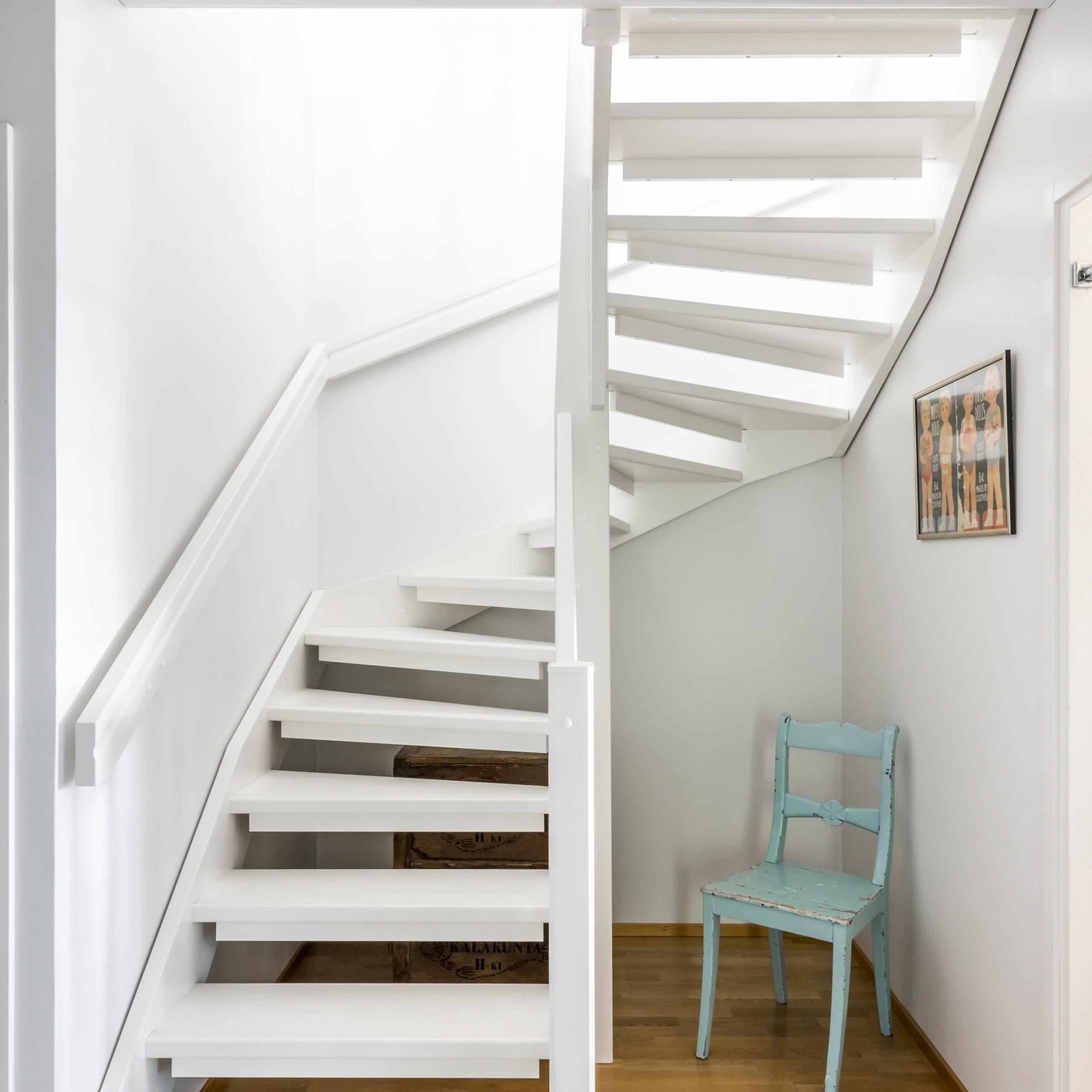 Kuva alakerrasta talon portaista Lappiportaan toteuttaman porrasremontin jälkeen