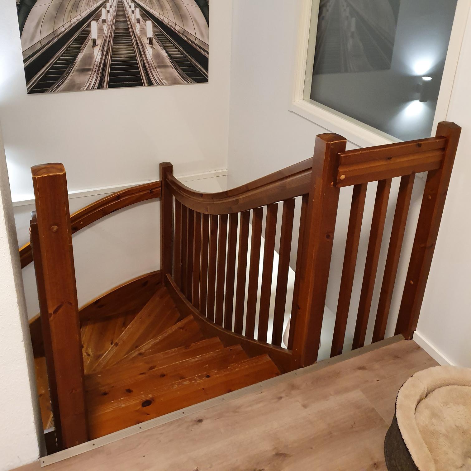 Yläkerrasta otettu kuva vanhoista puisista portaista ennen Lappiportaan toteuttamaa porrasremonttia