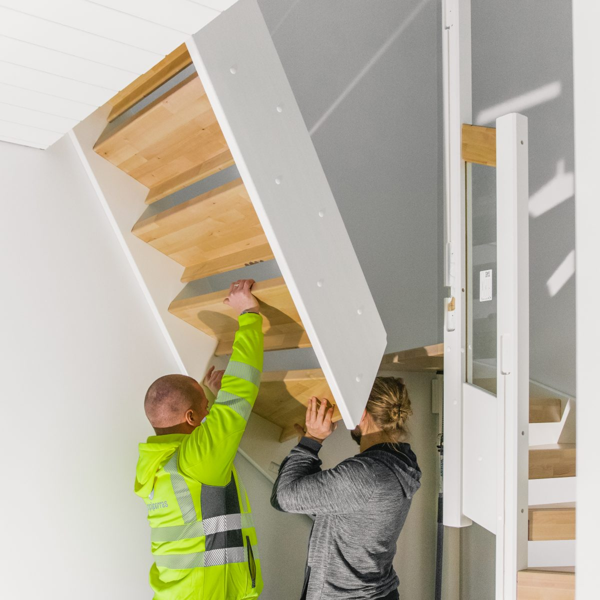 Kuva kahdesta henkilöstä asentamassa Lappiportaan portaita