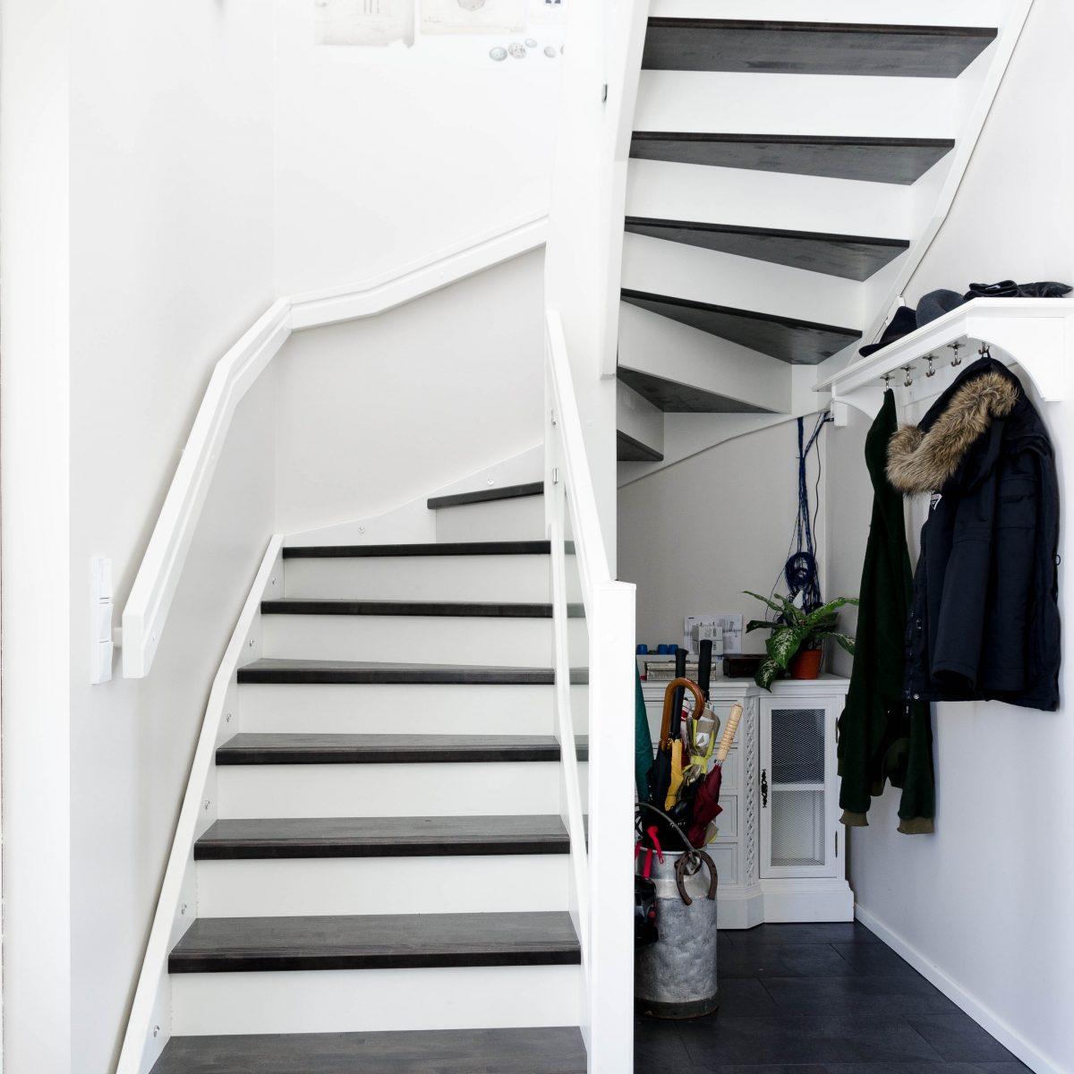 Kuva valkoisista portaista taustalevyillä kuvaamassa Lappiportaan portaisiin saatavia porrasvarusteita