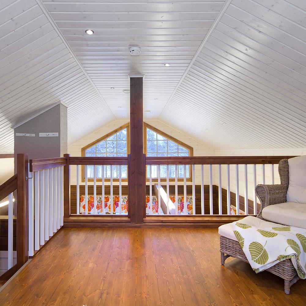 Kuvituskuva Lappiportaan valkoisista portaista ruskeilla kaiteilla talon yläkerrassa