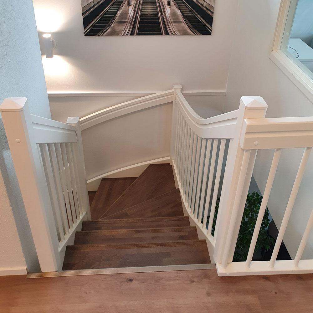 Kuva talon yläkerrasta portaista Lappiportaan porrasremontin jälkeen